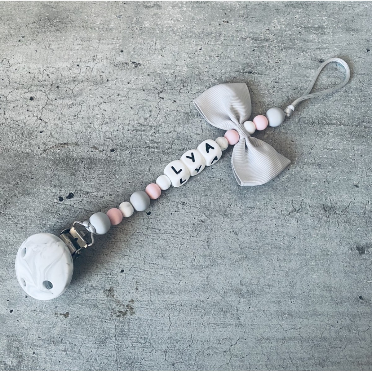 Attache tétine personnalisée en silicone pour fille et garçon : personnalisation d'attache sucette en silicone, attaches tétines confectionnées à la main dans mon atelier à Montpellier. Large choix de modèles d'attaches tétines personnalisables.