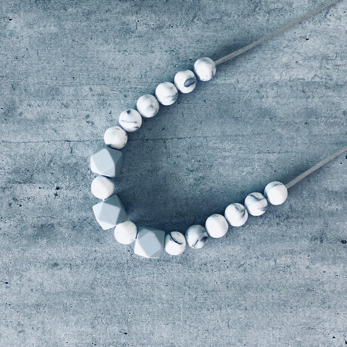 Collier d'allaitement ou de portage personnalisé perles silicone alimantaire